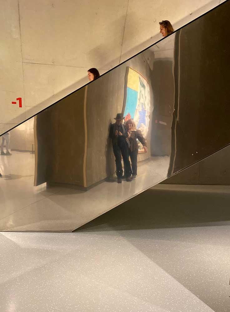 Zwei Köpfe wandern auf einer Spiegelung