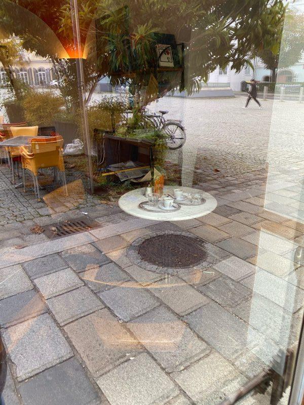 schwebender stammtisch im café meier
