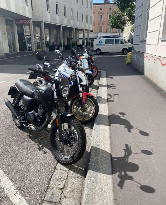 Motorräder werfen ihre Schatten voraus