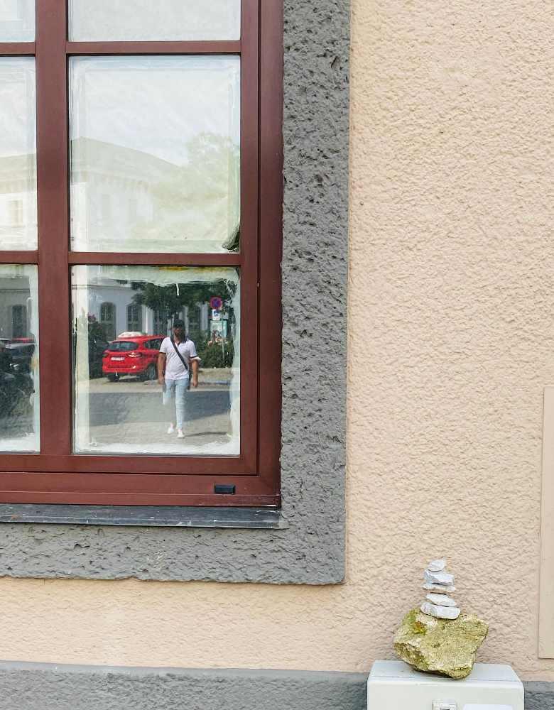gestapelte Steine am Adalbert Stifter Platz mit Spiegelung